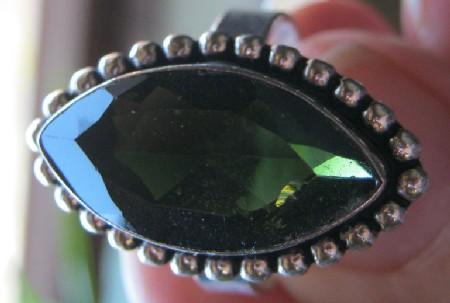 ring mit gr nem stein edelsteine steine namen bestimmen wie heisst der stein. Black Bedroom Furniture Sets. Home Design Ideas