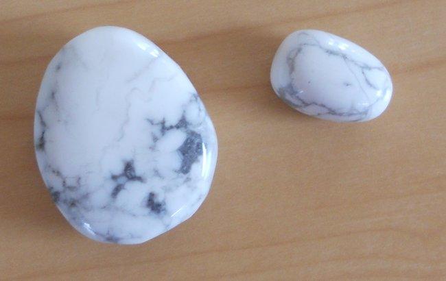Howlith oder Magnesit? : Edelsteine Steine bestimmen - Wie ...  Howlith oder Ma...