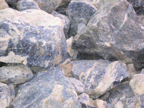 blauer stein noch ungeschliffen edelsteine steine namen bestimmen wie heisst der stein. Black Bedroom Furniture Sets. Home Design Ideas